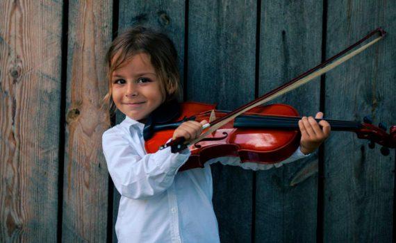 детская фотосессия, игра на скрипке