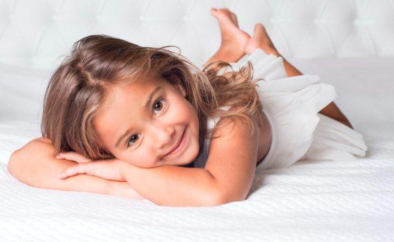 детская фотосессия, на белых простынях