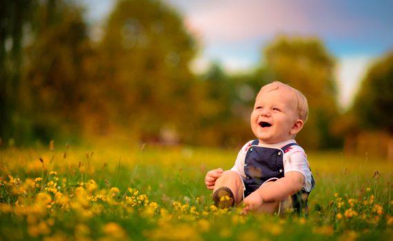 детская фотосессия на траве