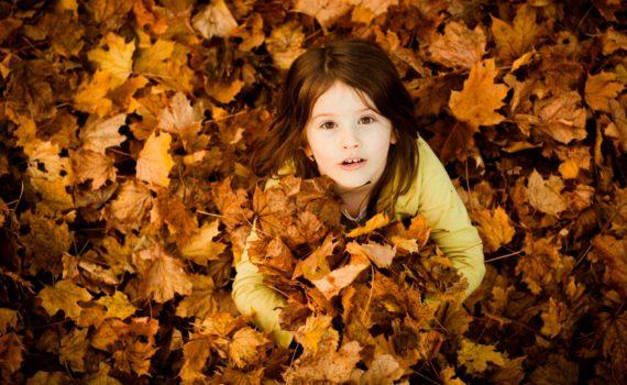 детская фотосессия в осеней листве