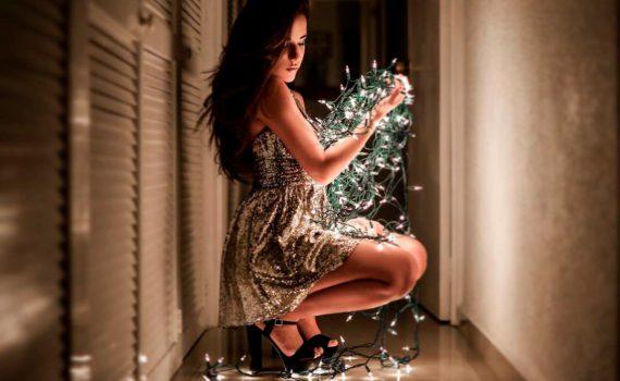 праздничная фотосессия девушки с гирляндой