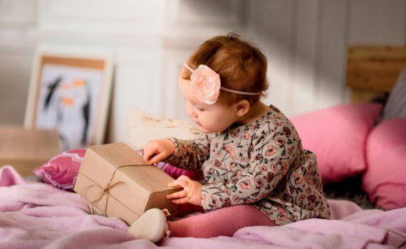 ребенок с подарком