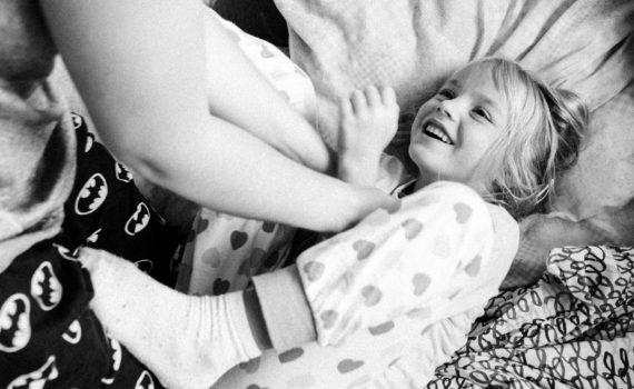семейная фотосессия дома, дочка и мама