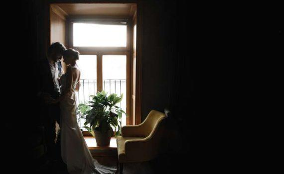 свадьба закатное солнце жених и невеста
