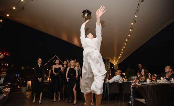 свадьба бросание букета ресторан на болотном