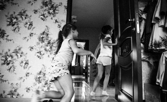 семейная домашняя фотосессия, девочки бегут