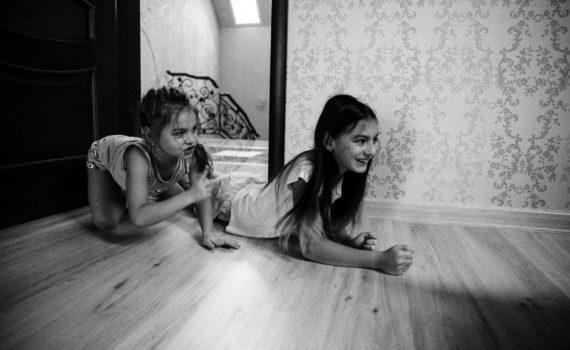 семейная фотосессия дома, сестры
