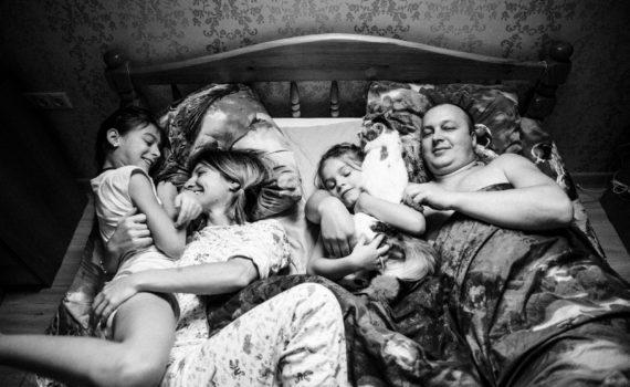 семейная фотосессия вся семья на кровати