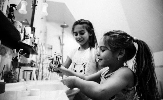 семейная фотосессия, сестры чистят зубы