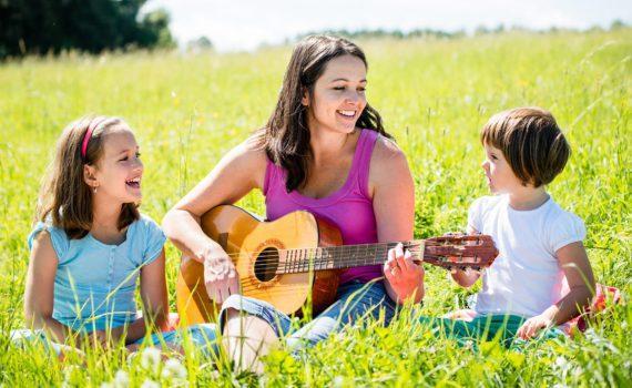 семейная фотосессия с гитарой
