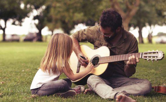 фотосессия отца и дочки с гитарой
