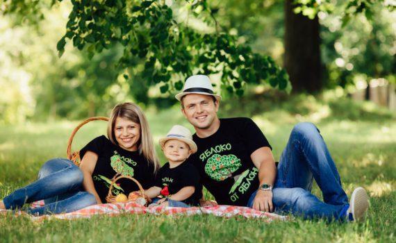в одинаковых футболках, идея для семейной летней фотосессии