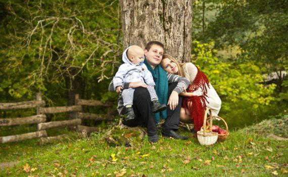 семейная фотосессия с под деревом