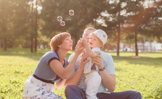 семейная фотосессия, с мыльными пузырями