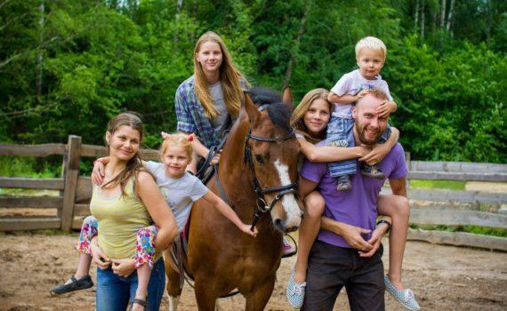 семейная фотосессия на природе летом, с лошадьми
