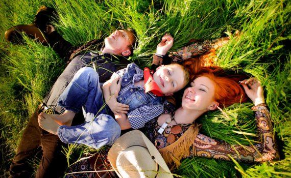 семейная фотосессия на траве