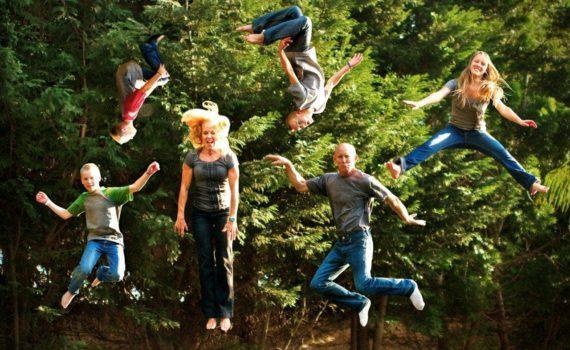 семейная фотосессия в прыжке