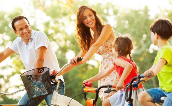 семейная фотосессия летом, на велосипедах