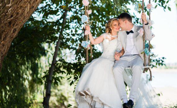 летняя свадебная фотосессия на качелях