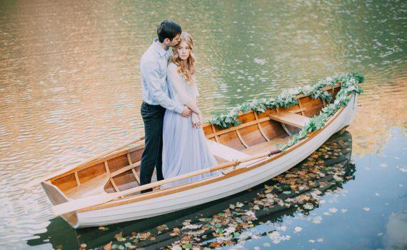 на лодке свадебная летняя фотосессия