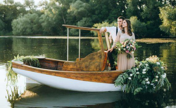 свадебная летняя фотосессия на лодке