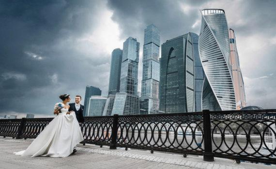 летняя фотосессия на свадьбе на набережной