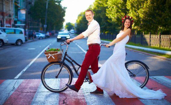 свадебная фотосессия летом на велосипедах