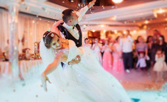 свадебная фотосессия летняя первый танец