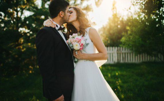 свадебная летняя фотосессия поцелуй