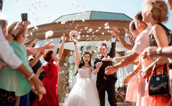 под лепестками свадебная летняя фотосессия