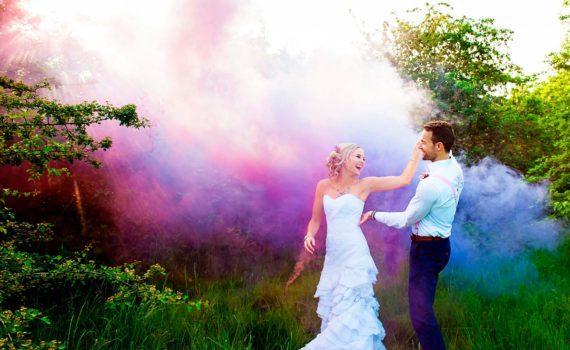 летняя свадебная фотосессия с дымовыми шашками