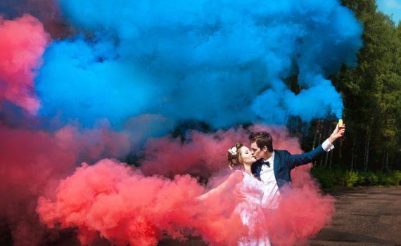 с дымовыми шашками свадебная фотосессия летом