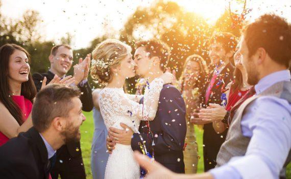 С друзьями свадебная фотосессия летом