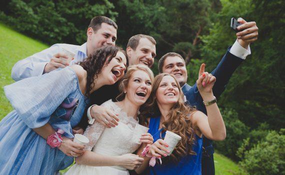 свадебная фотосессия летом с друзьями
