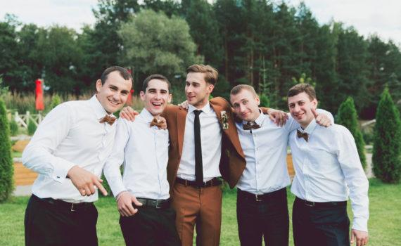 свадебная фотосессия летом с друзьями жениха