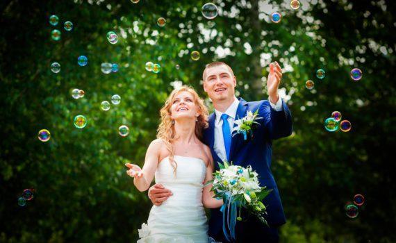 с мыльными пузырями свадебная фотосессия летом