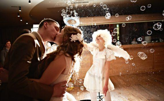 свадебная фотосессия летом мыльные пузыри