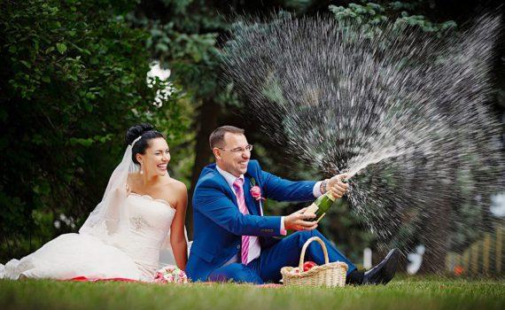 свадебная летняя фотосессия шампанское