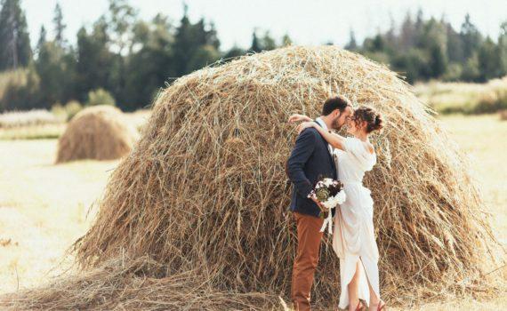 летняя свадебная фотосессия с стогом сена