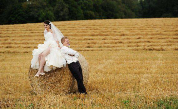 свадебная фотосессия стог сена