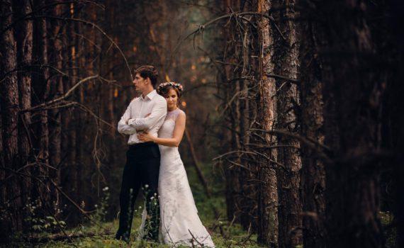 в лесу свадебная фотосессия летом