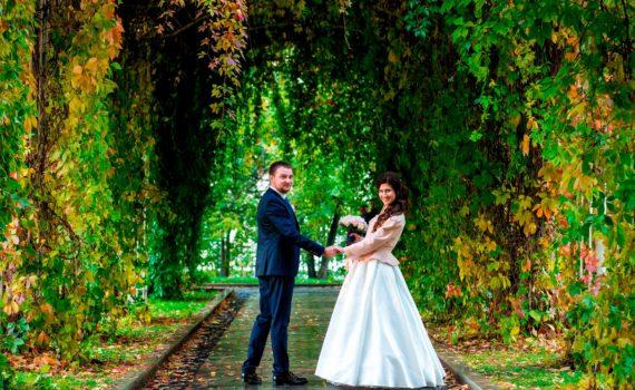 свадебная фотосессия летом в лесу