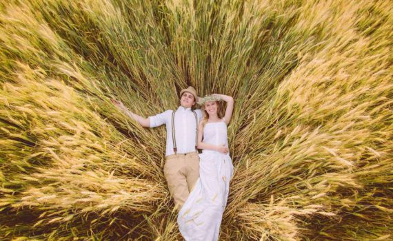 летняя свадебная фотосессия в поле