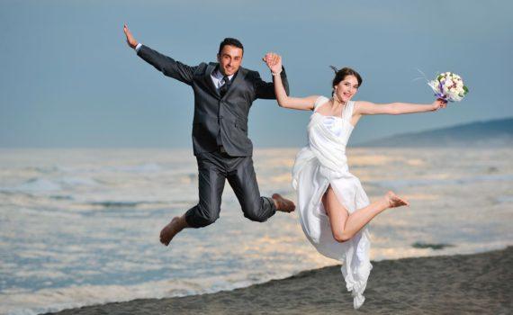 в прыжке свадебная фотосессия летом