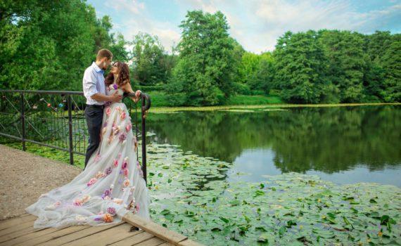 свадебная фотосессия летом у водоема