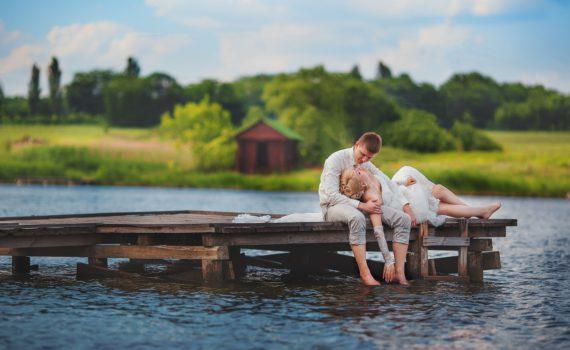 у водоема летняя свадебная фотосессия