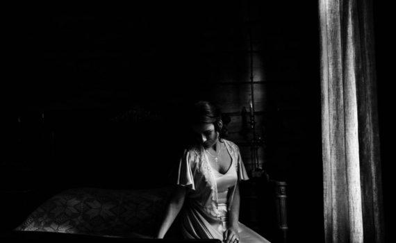 невеста на кровати перед окном