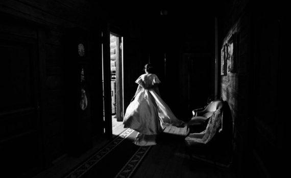 невеста эффектно ходит по замку
