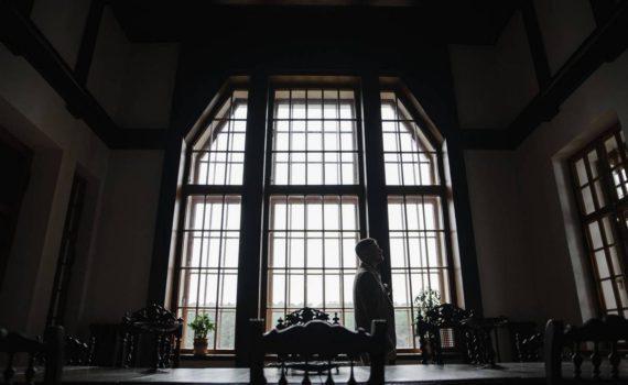 жених перед окном