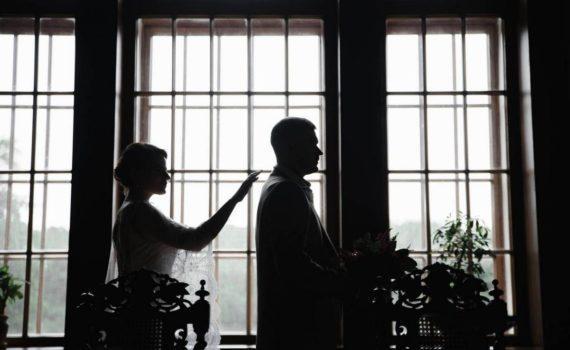 невеста подходит к жениху